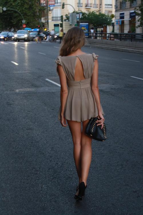 вид сзади девушек на улице - 12